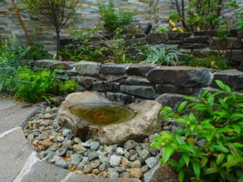横須賀・葉山・逗子・鎌倉・湘南・川崎・横浜の庭づくりをしている彩葉苑がつくった横浜H様邸の植栽工事と造園外構工事の写真です。根府川石の石積み花壇とバードバスの写真です。