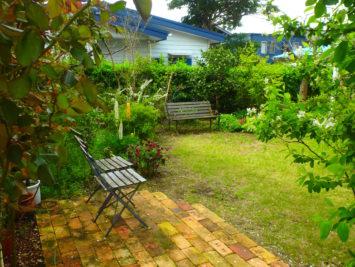 横須賀・葉山・逗子・鎌倉・湘南・川崎・横浜の庭づくりをしている彩葉苑がつくった葉山町O様邸の植栽工事と造園外構工事の写真です。レンガのテラスと芝庭の写真です。