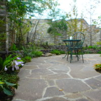 横浜H様邸の植栽工事と造園外構工事の写真です。石張りのテラスの写真です。