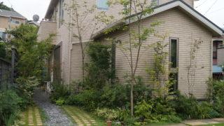 横須賀市H様邸の植栽工事と造園外構工事の写真です。駐車場の写真です。