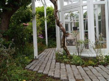 横須賀・葉山・逗子・鎌倉・湘南・川崎・横浜の庭づくりをしている彩葉苑がつくった葉山町O様邸の植栽工事と造園外構工事の写真です。コンサバトリー(サンルーム)の写真です。