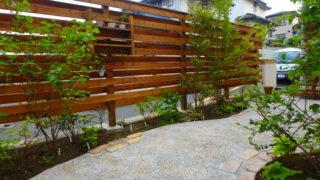 横須賀N様邸の植栽工事と造園外構工事の写真です。目隠しのウッドフェンスの写真です。