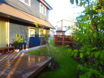 横須賀O様邸の植栽工事と造園外構工事の写真です。芝庭とウッドデッキの写真です。