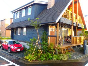 横須賀O様邸の植栽工事と造園外構工事の写真です。石畳の駐車場の写真です。