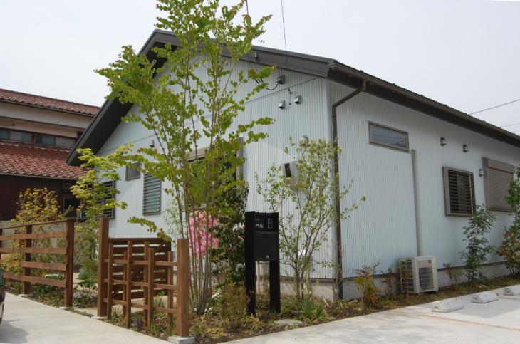 横浜K様邸の造園工事。平屋の庭づくりでウッドフェンスと木戸の結界と雑木の植栽などの庭づくりをしました。