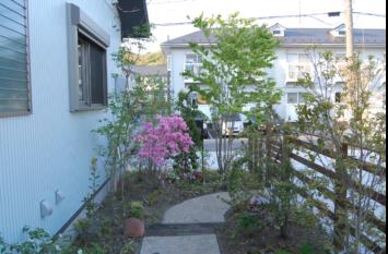 横浜K様邸の造園工事。平屋の庭づくりでウッドフェンスと木戸の結界と雑木の植栽などの庭づくりをしました。これは洗い出しと枕木のアプローチです。