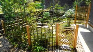 三浦市K邸の茶庭の内露地の庭づくり。湘南や逗子、葉山や横浜などでよく庭づくりをらしていり横須賀の彩葉苑が鎌倉石の土留めと竹垣と海辺に強い植栽でコケ庭にしました。竹垣の写真です。
