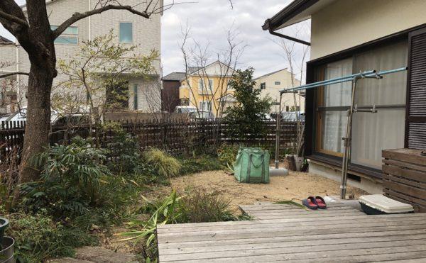 彩葉苑が2016年に庭づくりした茅ヶ崎市のお庭のお手入れをした時のウッドデッキと植栽の写真です。