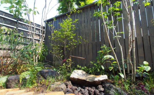 彩葉苑が横浜市で庭づくりしたアンティークレンガと枕木のテラスのある庭モダン和風な庭にバードバスがあり、鳥たちが遊びに来る。