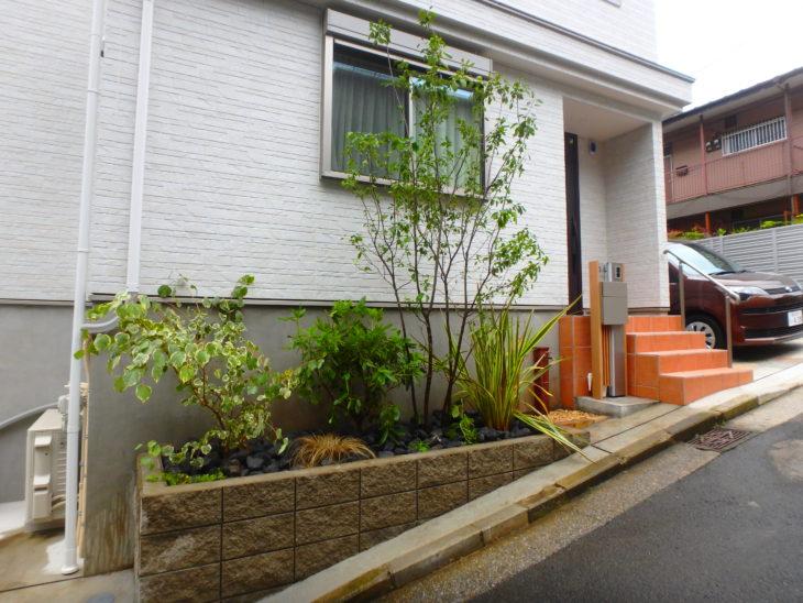 小さな花壇にオシャレな植栽、石のマルチでローメンテナンスなお庭を造りました。