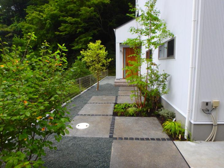 彩葉苑が策定した逗子市の小屋のある芝庭、スッキリした雑木のアプローチのある庭