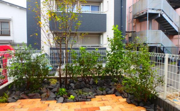 いろは苑が横浜市で作ったレンガのテラスとゴロタ石のあるローメンテナンスなお庭。