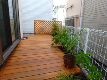 いろは苑が鎌倉市で作ったウッドデッキのある小さなお庭