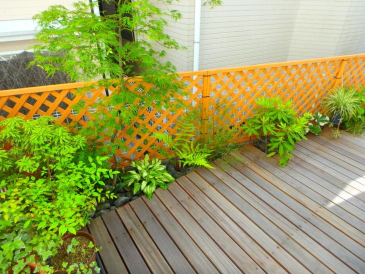 いろは苑が鎌倉で作ったウッドデッキのある小さなお庭