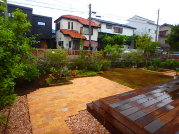横須賀のいろは苑が横浜市で作った、菜園とレンガのテラスと芝生のある庭
