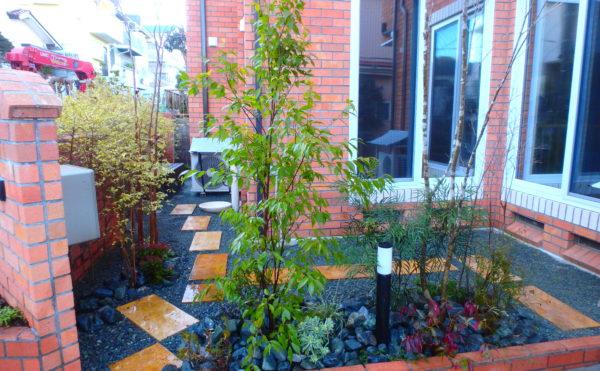 横須賀のいろは苑が横浜市に作ったトラバの平板ととゴロタ石と植栽がマッチしたお庭