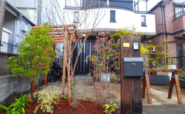 横須賀のいろは苑が横浜で作った駐輪場のあるお庭